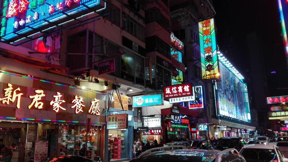 Večerní Kowloonské uličky.