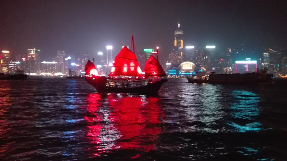 Pohled z Victoria Harbour na Hong Kong.